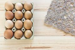 Kurczaków jajka w jajecznej filiżance Obrazy Royalty Free