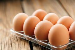 Kurczaków jajka w jajecznym pudełku na drewnianym stole obraz stock