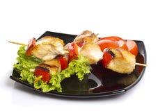 Kurczaków kawałki piec na grillu na skewers odizolowywających Zdjęcia Royalty Free