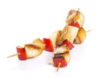 Kurczaków kawałki piec na grillu na skewers odizolowywających Obrazy Royalty Free