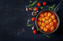Kurczaków klopsiki z pomidorowym kumberlandem w niecce obrazy royalty free