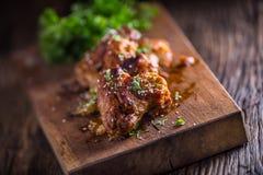 Kurczaków skrzydła piec na grillu BBQ pietruszki sezamu na drewnianej desce i ziele obraz royalty free