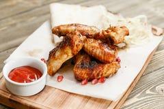 Kurczaków skrzydeł grill Słuzyć na drewnianej desce na nieociosanym stole Grill restauraci menu, serie fotografie Fotografia Royalty Free