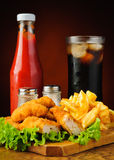 Kurczak bryłki, francuscy dłoniaki, kola i ketchup, Obrazy Royalty Free