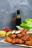 Kurczak bryłki Kawałki smażący crispy mięso na papierze z różnymi kumberlandami na drewnianym stole, zdjęcie stock