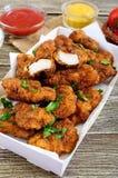 Kurczak bryłki Kawałki smażący crispy mięso z różnymi kumberlandami, obraz stock