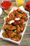 Kurczak bryłki Kawałki smażący crispy mięso z różnymi kumberlandami, zdjęcia royalty free