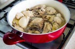 Kurczak gotujący w piekarniku, kurczak gotujący w stylu kurczaka, siekał kurczaka, kurczaków kawałki, kurczaków kawałki w garnkac Zdjęcie Royalty Free