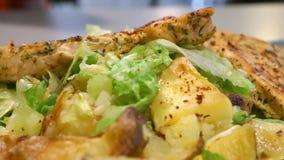 Kurczak, grule i sałatka na talerzu w zakończeniu up, kamery niecka zdjęcie wideo