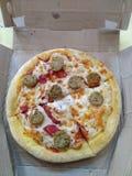 Kurczak kiełbasiana pizza, tandetny overloaded zdjęcia royalty free