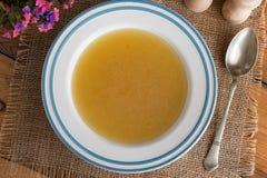 Kurczak kości rosół słuzyć w zupnym talerzu Obraz Royalty Free