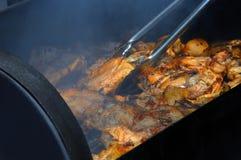 Kurczak na grillu Zakrywającym w dymu fotografia stock