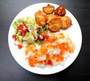 Kurczak na talerzu z ryż i sałatką Fotografia Royalty Free