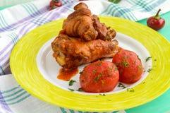 Kurczak nogi z pomidorowym kumberlandem i marynowanymi pomidorami bez skór w ich swój soku obrazy stock