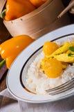 Kurczak obdziera z ryżowym i słodkim mirabelki w curry'ego kumberlandzie Zdjęcia Stock
