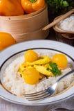 Kurczak obdziera z ryżowym i słodkim mirabelki w curry'ego kumberlandzie Fotografia Royalty Free