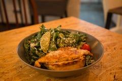Kurczak piec na grillu sałatki na talerzu z cytryną i warzywami obrazy royalty free