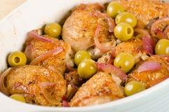 Kurczak piec z oliwkami i czerwoną cebulą Fotografia Stock