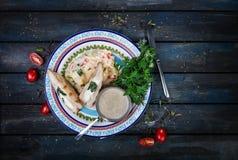 Kurczak pierś faszerował z szpinakiem i serem Na pięknym talerzu z puree ziemniaczane i zieleniami fotografia royalty free
