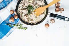 Kurczak pierś z pieczarkami w kremowym kumberlandzie na niecce na zakładce Zdjęcie Royalty Free