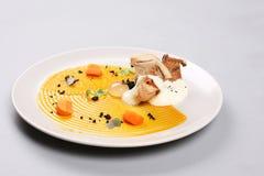 Kurczak pierś z warzywami na białym talerzu fotografia stock