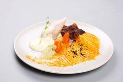 Kurczak pierś z warzywami na białym talerzu fotografia royalty free