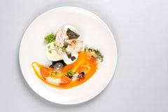 Kurczak pierś z warzywami na białym talerzu obraz royalty free