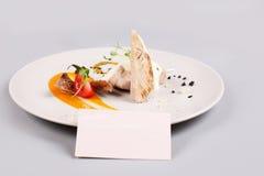 Kurczak pierś z warzywami na białym talerzu obrazy royalty free