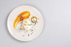 Kurczak pierś z warzywami na białym talerzu zdjęcie stock
