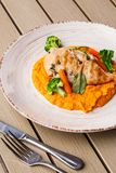 Kurczak piersi stek z marchwianą puree dziecka marchewką i brokułami Piec na grillu kurczaka plasterek z dziecko marchewki puree  zdjęcia stock