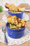 Kurczak polędwicowy z ananasowymi skewers z bocznym naczyniem spaghe fotografia royalty free