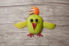Kurczak robić z jabłkiem na drewnianym tle Fotografia Royalty Free