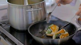 Kurczak rolki z ziele smaży w niecce zbiory wideo