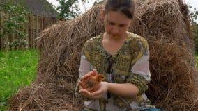 Kurczak siedzi na rÄ™kach farmgirl zdjęcie wideo
