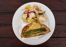 Kurczak szparagowa krepa z rozciekłym serem słuzyć z sałatką Zdjęcie Stock