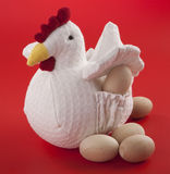 Kurczak z drewnianymi jajkami Zdjęcia Stock