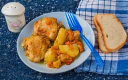 Kurczak z jabłkami, grulami i marchewkami w ormianinie, Zdjęcia Stock