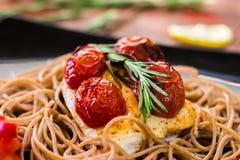 Kurczak z rozmarynami, pomidorem i spaghetti, Obrazy Royalty Free