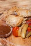 Kurczak z warzywami słuzyć na round tnącej desce na pali Fotografia Royalty Free