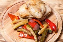 Kurczak z warzywami słuzyć na round tnącej desce na pali Zdjęcie Royalty Free