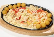 Kurczak z warzywami w kremowym pieczonym kurczaku polędwicowym z zucchini, cebula, marchewka Pekin kapusta i śmietanka, słuzyć w  Obrazy Stock