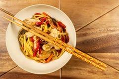 Kurczaka chow chopsticks na drewnianym stole i mein fotografia stock