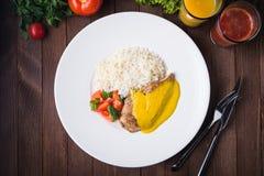 Kurczaka curry z białymi ryż i warzywami w talerzu na ciemnym drewnianym tle Obrazy Stock