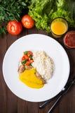 Kurczaka curry z białymi ryż i warzywami w talerzu na ciemnym drewnianym tle Zdjęcie Stock