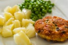 Kurczaka cutlet z zielonymi grochami Fotografia Royalty Free