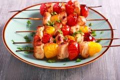 Kurczaka, czerwieni i koloru żółtego pomidoru skewers, Fotografia Stock