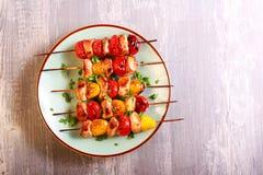Kurczaka, czerwieni i koloru żółtego pomidoru skewers, Fotografia Royalty Free