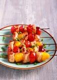 Kurczaka, czerwieni i koloru żółtego pomidoru skewers, Zdjęcia Royalty Free
