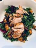 Kurczaka gość restauracji z kale i korzeniowymi warzywami fotografia royalty free