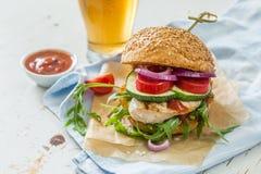 Kurczaka grilla hamburger na drewnianym tle Obraz Stock